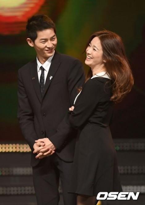 Thực hư tin đồn bố mẹ Song Joong Ki qua nhà Song Hye Kyo bàn chuyện cưới hỏi