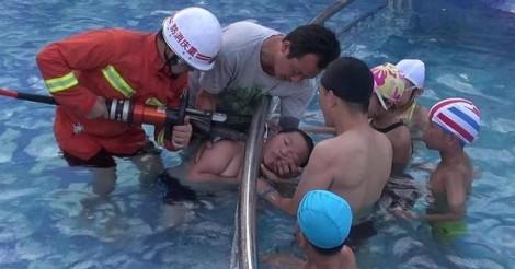 Bé trai suýt chết ở hồ bơi vì... mắc đầu vào hàng rào