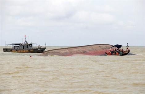 Vụ chìm tàu ở Nghệ An: Huy động hơn 20 tàu tìm kiếm 2 thuyền viên mất tích