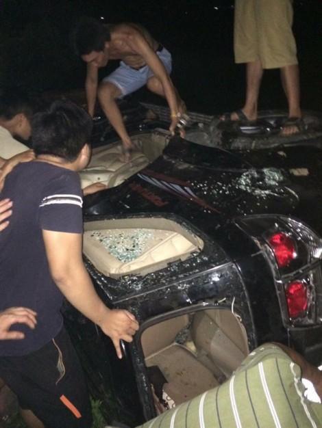 Thực hư việc hàng trăm người đốt ôtô vì nghi thôi miên bắt cóc trẻ em