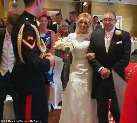 Chú rể bật khóc khi chứng kiến cô dâu vượt qua ung thư, bước vào lễ đường