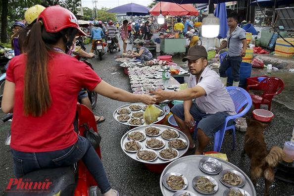 Kham pha khu cho doc nhat tai Sai Gon: Nguoi mua chang lo tra gia, chang mang can thieu, du