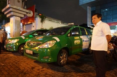 Siêu xe, ô tô biển đỏ chiếm vỉa hè quận trung tâm Sài Gòn bị 'xử'