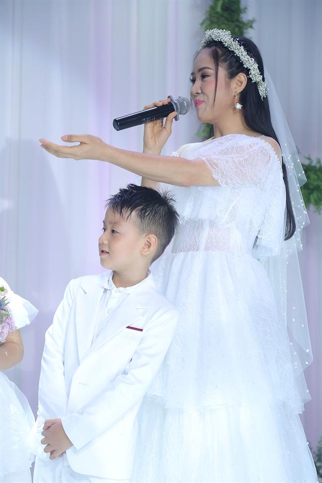 Le Phuong va Trung Kien tinh tu song ca trong dam cuoi tai TP.HCM