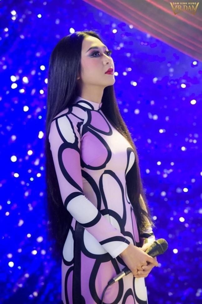 Dam Vinh Hung vieng mo co nghe si Thanh Nga truoc them liveshow bolero tai Ha Noi