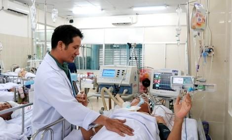 Cây phượng 40 tuổi đè bác sĩ gãy cột sống
