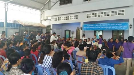 Trao 140 phần quà cho phụ nữ, trẻ em người Việt nghèo tại Vương quốc Campuchia