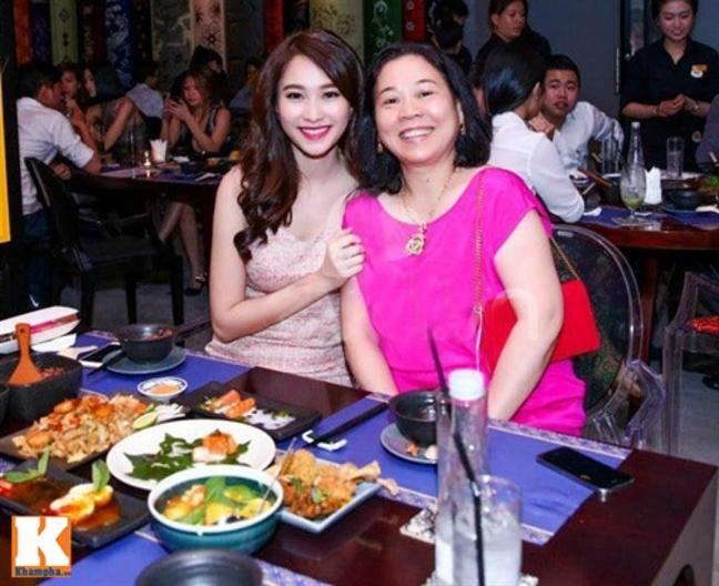 Showbiz Viet: Co nhung dua con phai 'nai lung' tra no cho me cha