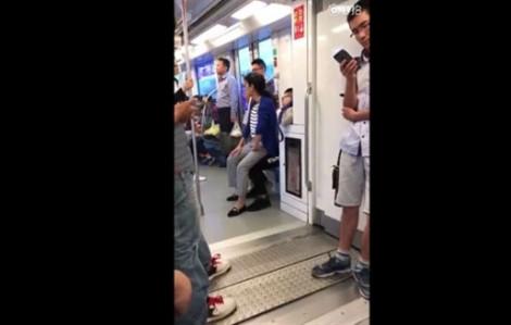 Không được nhường chỗ, người phụ nữ ngồi lên lòng chàng trai trẻ trên tàu điện