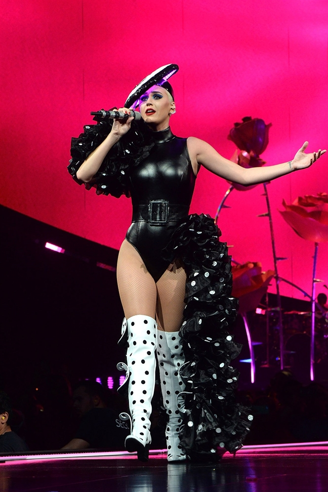 Sau Rihanna, Katy Perry dien do cua NTK Cong Tri len san khau lon