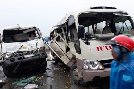 Ôtô khách tông trực diện xe bồn, ít nhất 5 người trọng thương