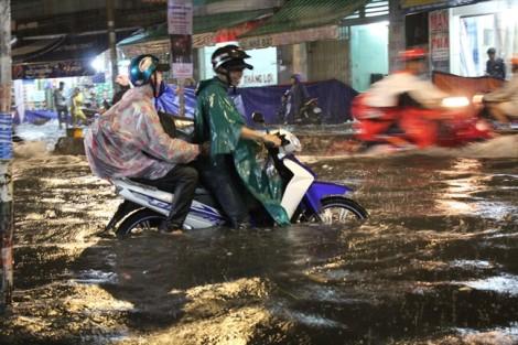 Sài Gòn ngập nặng trong cơn mưa như trút nước