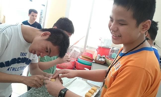 Mua trung thu day am ap voi tre em truong dac biet Nguyen Dinh Chieu