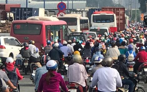 Người dân vã mồ hôi, đội nắng nóng vì kẹt xe nghiêm trọng ở cửa ngõ Sài Gòn