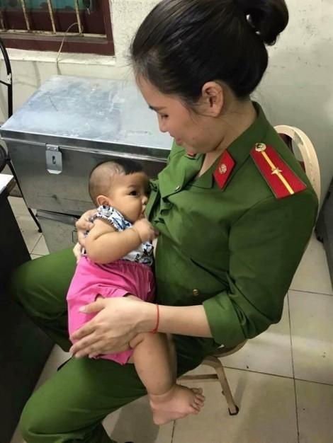 Nữ chiến sĩ công an cho bé trai bị bỏ rơi 'bú thép' trong khi chờ mẹ ruột đến nhận
