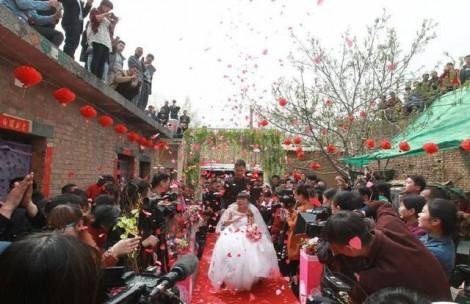 Chú rể 9X hạnh phúc đẩy xe lăn rước cô dâu ngoài 50 tuổi