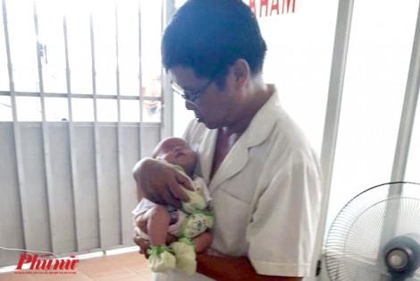 Tai họa ập đến khi bé bú sữa no, mẹ liền bế đi tắm