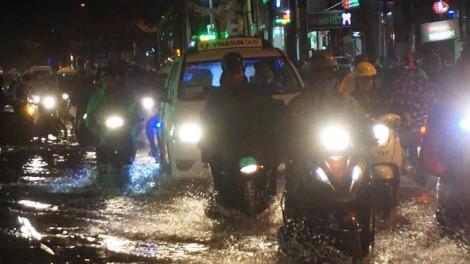 Sài Gòn mưa như trút nước giờ tan tầm, nhiều tuyến đường ngập nặng