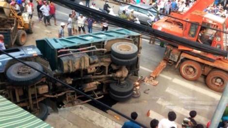 Xe tải bị lật nghiêng, đè người bán vé số chết thảm