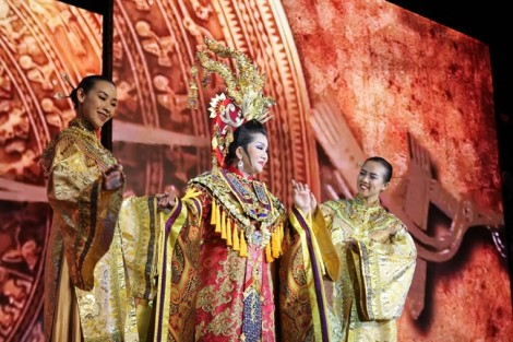 Khán giả đội mưa xem NSƯT Thành Lộc trình diễn thời trang