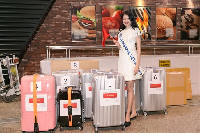 A hau Thuy Dung mat 3 kien hanh ly de 'vac' trang phuc dan toc du thi 'Miss International'