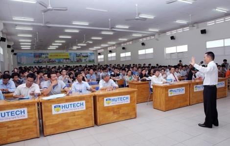 HUTECH: Sinh viên lại hoang mang vì phòng học, hành lang bong tróc