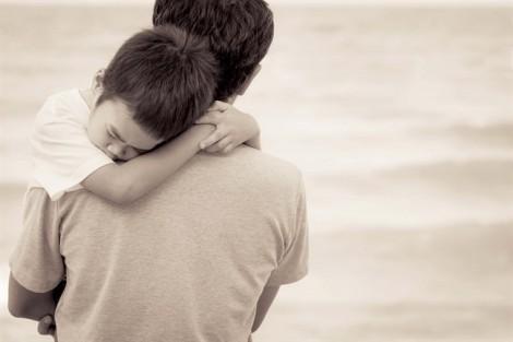 Vợ chồng đã ly hôn, con trai nhất định đòi ba về nhà mới chịu ngủ