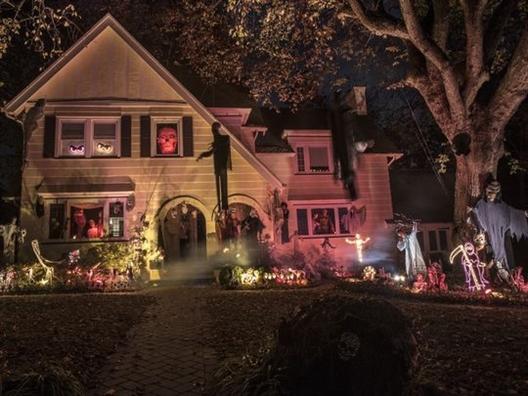 Halloween: Zombie va bi ngo day duong, nhen den 'tan cong' Nha Trang