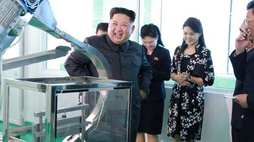 Hai nguoi phu nu 'the he Y' phia sau nha lanh dao Kim Jong Un