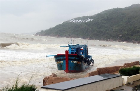 6 tàu bị sóng đánh chìm trên biển Quy Nhơn, nhiều người mất tích