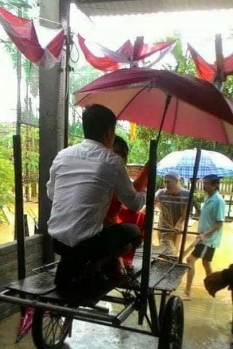 Dùng xe bò vượt lũ để rước dâu trong ngày ngập lịch sử ở Quảng Nam