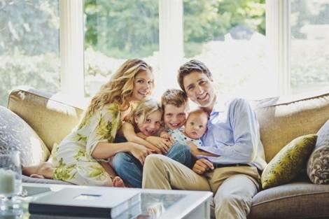 Thủ tướng Canada Justin Trudeau dạy con trai yêu thương và bảo vệ phụ nữ