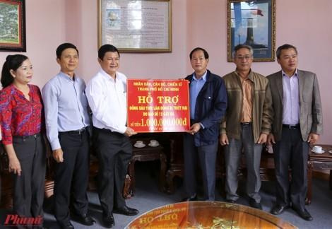 Đoàn công tác TP.HCM thăm hỏi và trao tiền hỗ trợ người dân bị bão số 12 ở Lâm Đồng