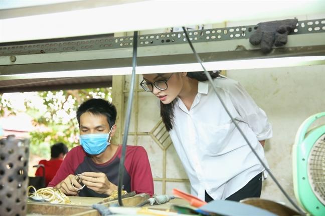 A hau Thuy Dung mang tranh cua nguoi khuyet tat dau gia tai Miss International 2017