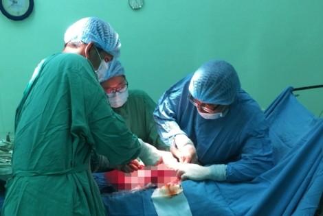 Sợ mổ, người phụ nữ nuôi lớn khối u gần 6 kg