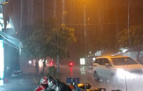 TPHCM xuất hiện mưa to, gió lốc trước cơn bão số 14 sắp đổ bộ