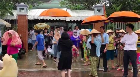 Vợ diễn viên Nguyễn Hoàng thẫn thờ nhìn di ảnh trước giờ tiễn biệt chồng