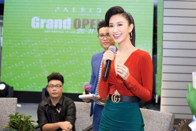 A hau Ha Thu tuoi tan du su kien sau khi dang quang 'Tinh bolero 2017'
