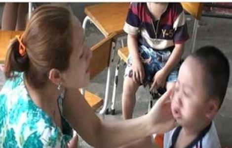 Bé 3 tuổi nghỉ học do phụ huynh nghi ngờ bé bị đánh