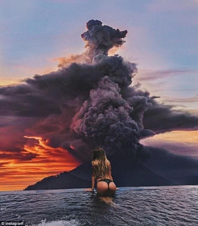 Tham hoa nui lua o Bali: Dan ban dia lo so, du khach tranh thu 'selfie'