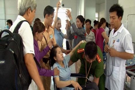 18 công nhân nhập viện lúc nửa đêm vì ăn hủ tiếu kèm rau sống