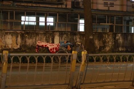 Người vô gia cư co ro chống chọi cái lạnh đêm Sài Gòn