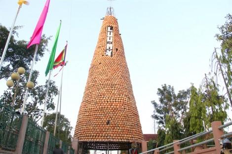 Cây thông làm từ 6.000 chiếc nồi đất được công nhận kỷ lục Việt Nam