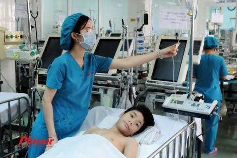 Người mẹ Phú Yên khóc nấc vì con trai liệt chân do mang bướu khủng