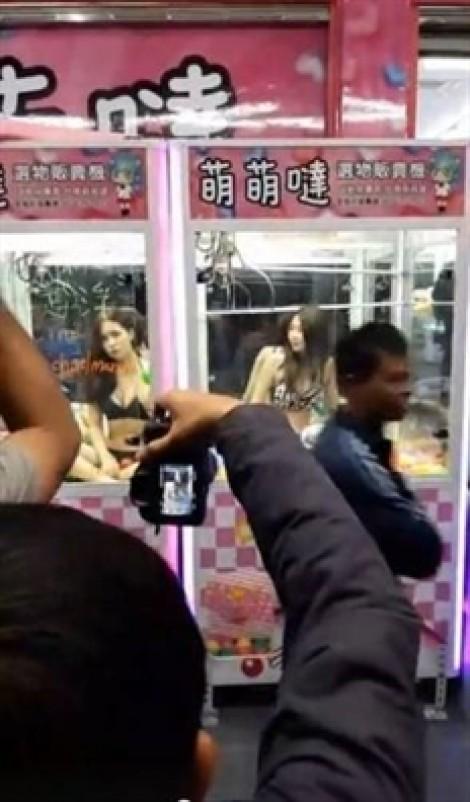 Đài Loan sáng tạo trò chơi gắp thú 'nóng bỏng mắt'