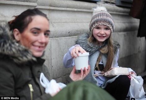Bé gái 9 tuổi dùng tiền sinh nhật để giúp đỡ người vô gia cư vào Giáng sinh