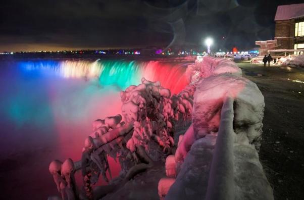 Thac Niagara hoa thanh 'song bang' vi gia lanh