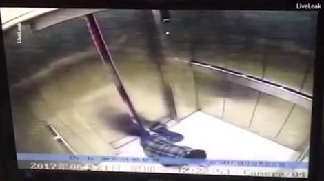 Mải dùng điện thoại, một phụ nữ bị thang máy nghiền nát chân