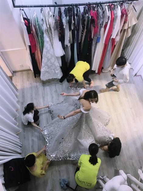 2 mẫu thiết kế 'đo ni đóng giày' cho Hoa hậu Phạm Hương tại chung kết Hoa hậu Hoàn vũ