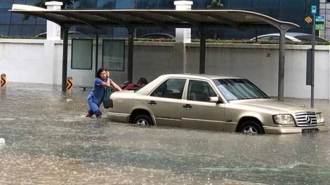 Mưa lớn ở Singapore, phố biến thành sông, xe hơi 'lặn ngụp' trong nước